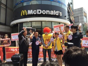"Protesters find Ronald McDonald guilty of providing low wages and poor working conditions in a ""trial"" outside a McDonald's in Seoul, South Korea. / FastFoodGlobal.org"