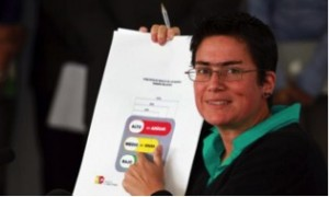 Health Minister of Ecuador Carina Vance, shows graphic labeling on nutritional content. Photo: Andes